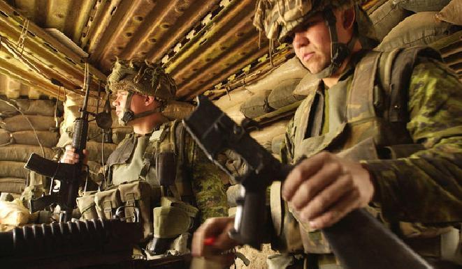 جنود كنديون يشتبكون مع عناصر