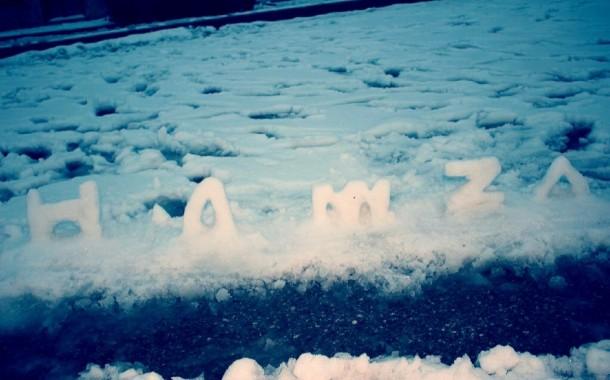 هواة يستغلون الثلج لنحت اسماء احبتهم
