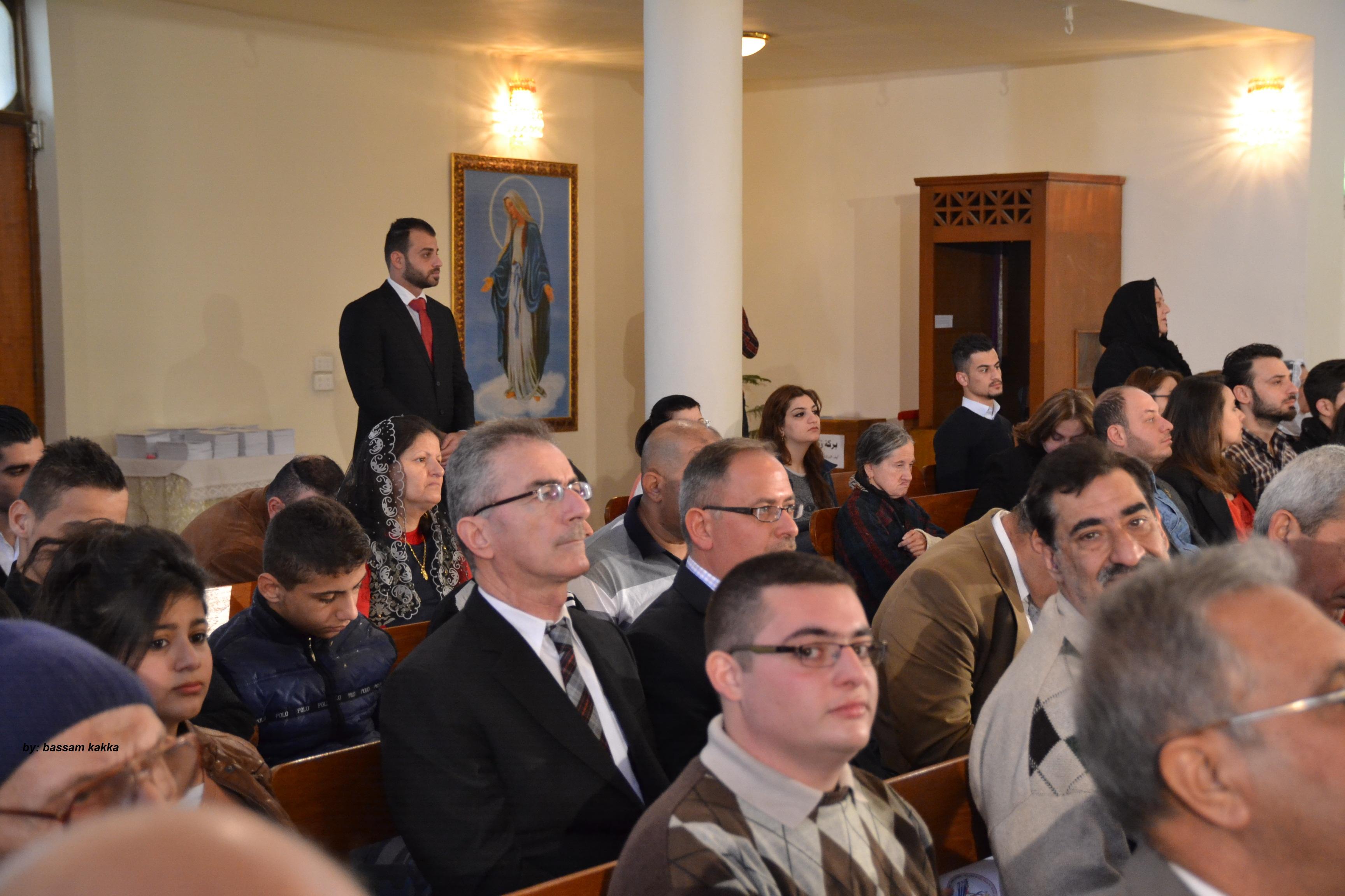 وزير العلوم يكسر قيود البروتوكول بالجلوس في المقاعد الخلفية باحتفال للكنيسة