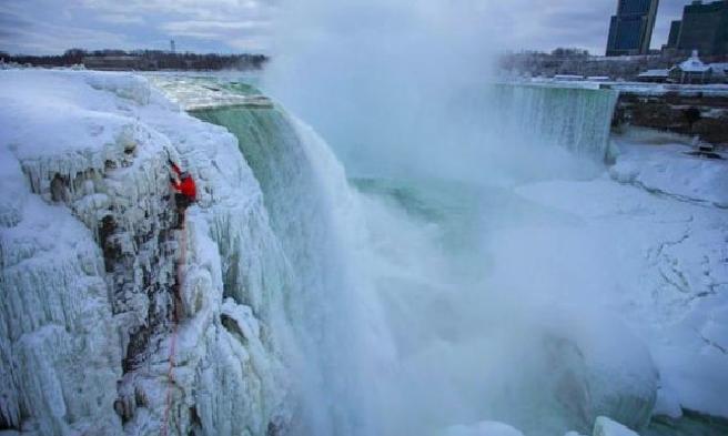 كندي يتمكن من تسلق شلالات نياغارا