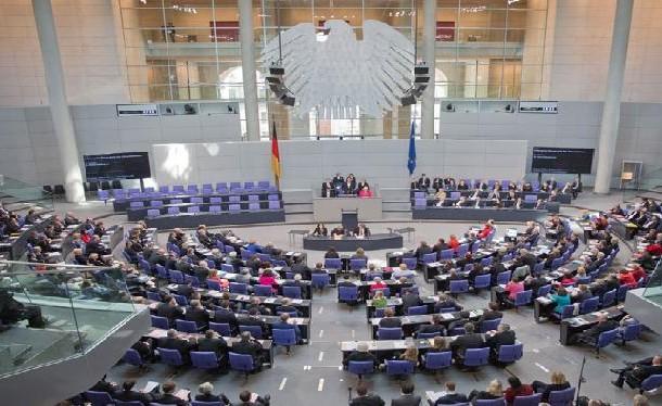 البرلمان الألماني يوافق على المشاركة الألمانية في تدريب للقوات العراقية والبيشمركة