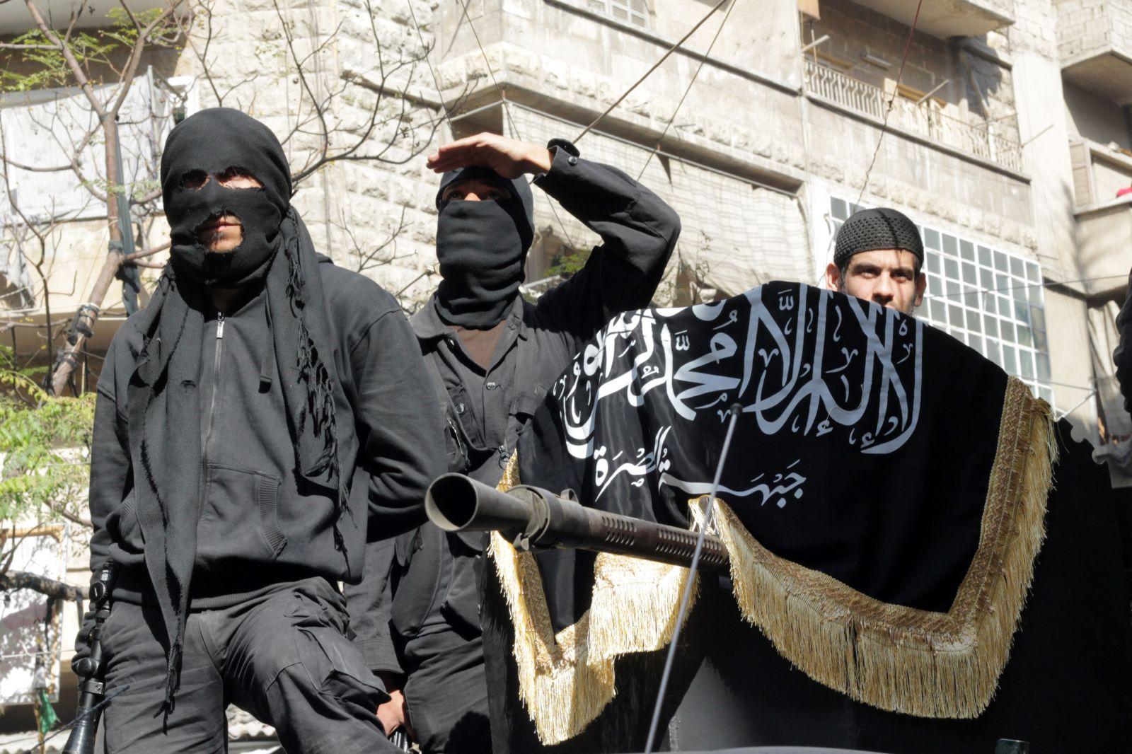 جبهة النصرة تؤكد ارتباطها بتنظيم القاعدة وتنفي تقارير عن نيتها الانفصال عنه لكسب دعم الغرب ودول الخليج