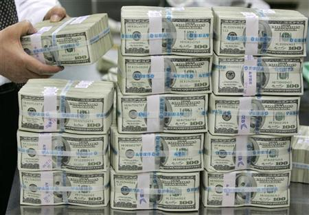شكوك بشان تورط مصارف اهلية قدمت مستندات مزورة لشراء الدولار لتهريب العملة الى الخارج
