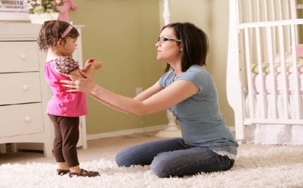 متى يبدأ الطفل بفهم كلام الأهل ويستجيب لطلباتهم؟