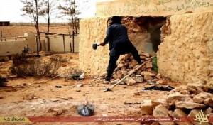 """عنصر من تنظيم """"داعش"""" يدمر ضريحا في ليبيا"""