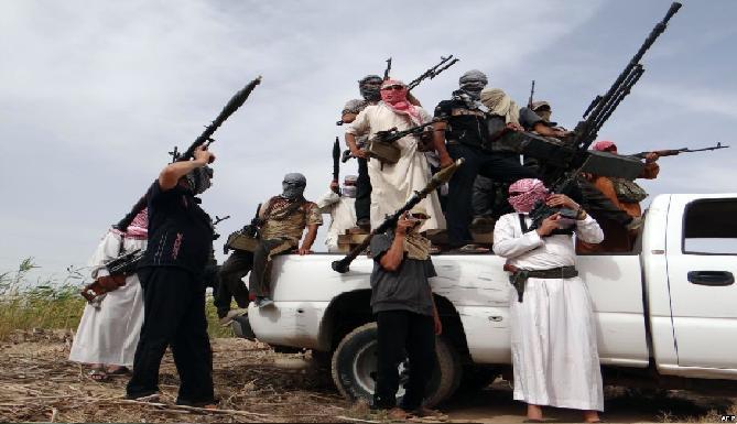 الدفاع تزود ابناء العشائر في الانبار بالاسلحة لمواصلة قتال