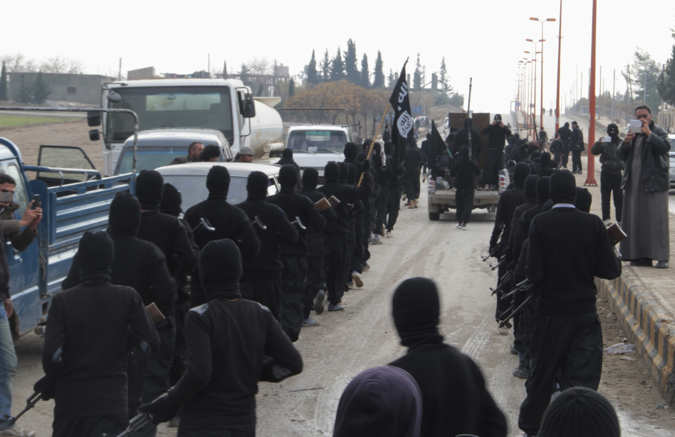 داعش يرفع علمه فوق مبنى محافظة الانبار