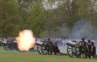 القوات الملكية البريطانية تحتفل بولادة الدوقة كاثرين