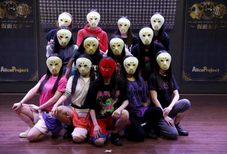 """""""الفتيات المقنعات"""" في اليابان يسعين للشهرة من وراء التخفي"""